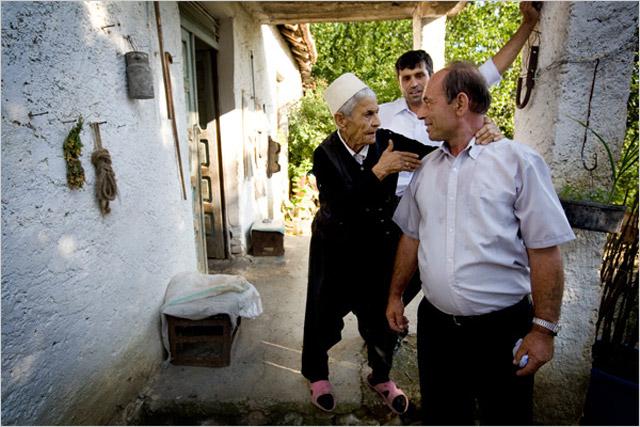 Yukarıdaki fotoğraflar Bakirelik yemini etmiş Kamile Stema'nın ve evinin fotoğrafları.  SBS'in kan davalarıyla ilgili ve hayatıyla ilgili Kamile'yle yaptığı röportaj da aşağıda;