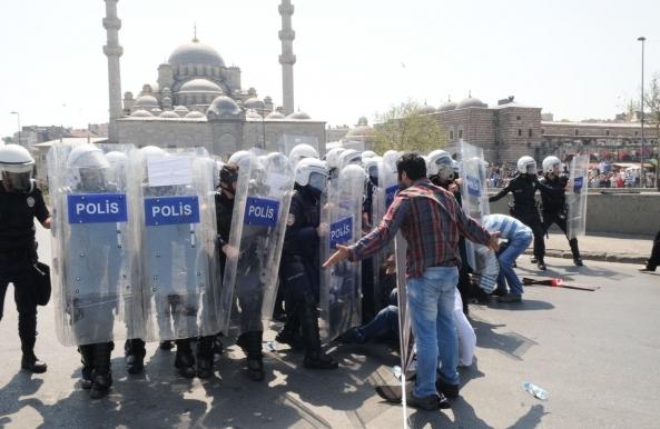 Antikapitalist Müslümanlar polis kalkanlarının önünde oturma eylemi yaptı