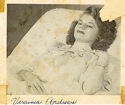 V.C. Andrews, hasta yatağında. Fotoğrafın senesi bilinmiyor.