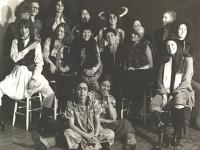 Ana Frida kılığında (en önde) yanında ise kostümlü kadın sanatçılar. Mart 1979. Fotoğraf: Mary Beth Edelson