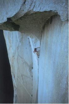 Büyük Tavan'a doğru tırmanırken. Tavanın duvarla birleştiği yerdeki, parmakların birinci boğumunun anca sığabileceği genişlikteki çatlaktan başka tutacak yer yok. Basacak çıkıntı zaten hiç yok.