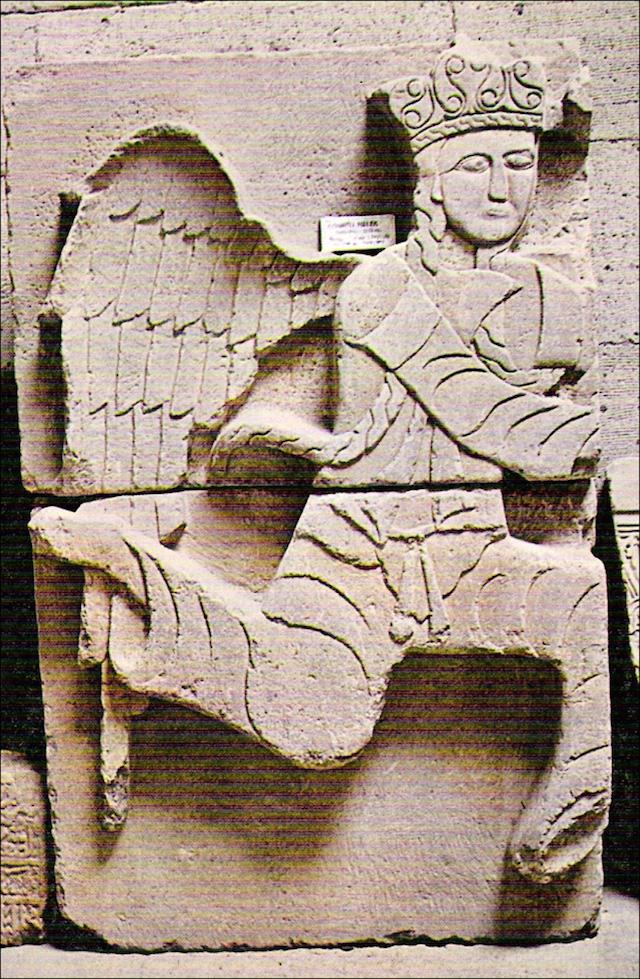 Resim 2'de görülen kapı dekorasyonunda kullanılmış melek figürlerinden biri. 19. yüzyıldaki yıkımdan kurtulmayı başarmış. Bugün İnce Minareli Medrese'de sergileniyor