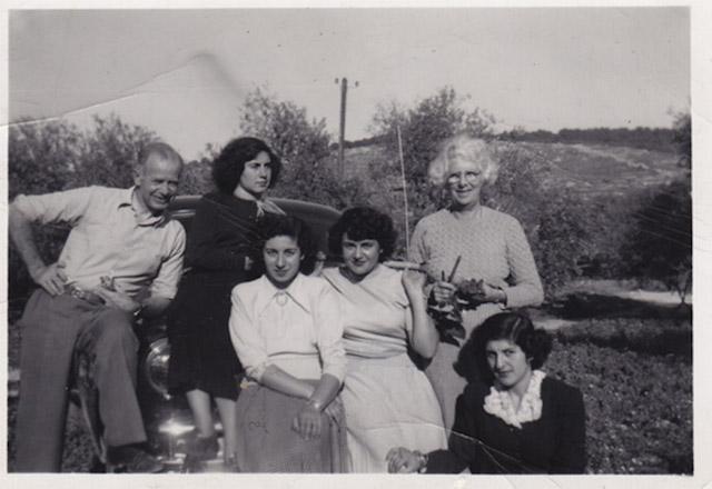 Widad Kawar'ın ailesiyle çektirdiği gençlik fotoğrafı