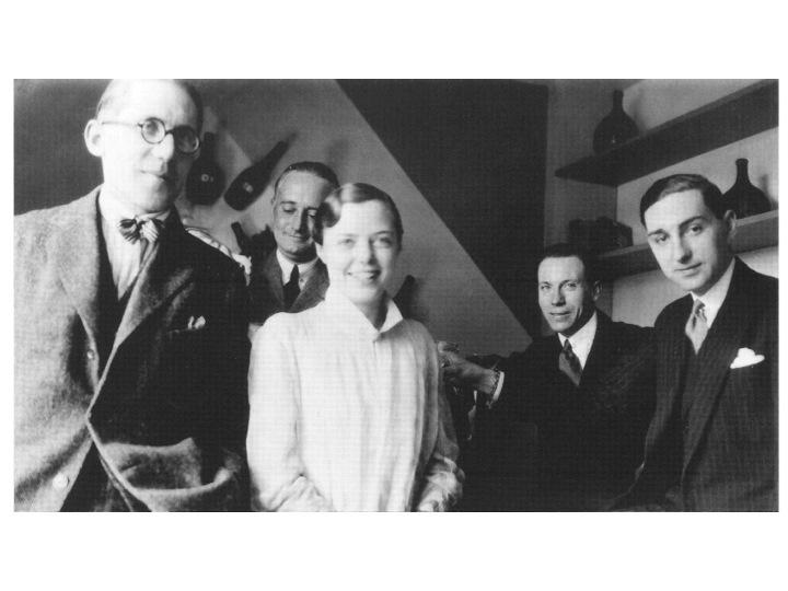 Le Corbusier (soldaki) ve Charlotte Perriand yastık kenarı işlerken, 1928.