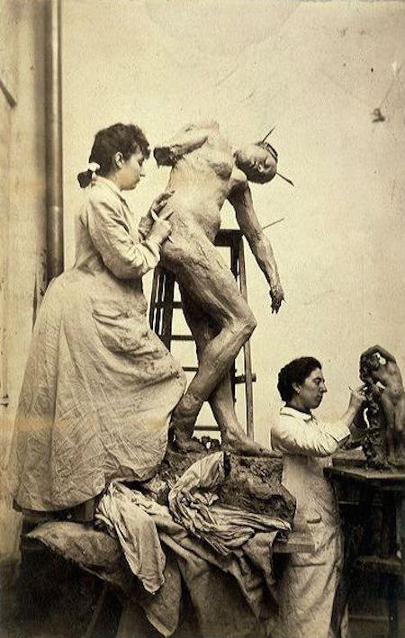 Camille Claudel atölyede çalışırken 1887