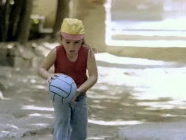 Hep erkekler oynamıyor sokaktafutbol -Garip filminden bir sahne