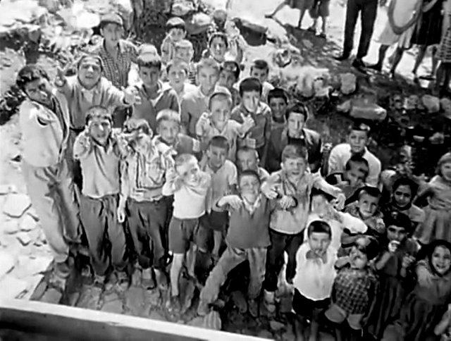 Mahalleye Gelen Gelin 1961- Cam Altında Top Bekleyenler