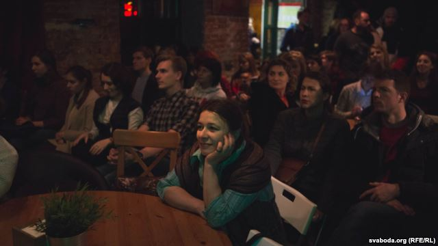 Belarus'da bir barda, Aleksiyeviç'in konuşması canlı yayında izleniyor. [Fotoğraf: RFE/RL]