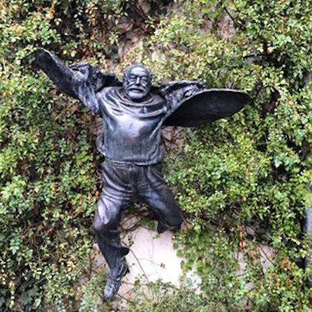 Gürcü sanatçı Vaja Mikaberidze'nin fotoğraftan esinlenerek yaptığı heykeli