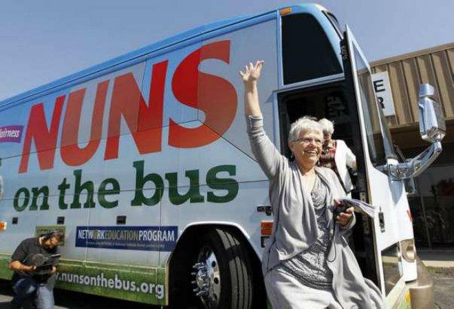 """YBir Otobüs Dolusu Rahibeden Vatikan'a Mesaj Var: """"Yek Yea!"""""""