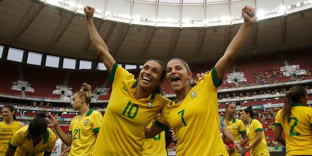 Brazilya - Marta Vieira ve Debora Cristiane. Fotoğraf: AP Photo / Eraldo Peres)