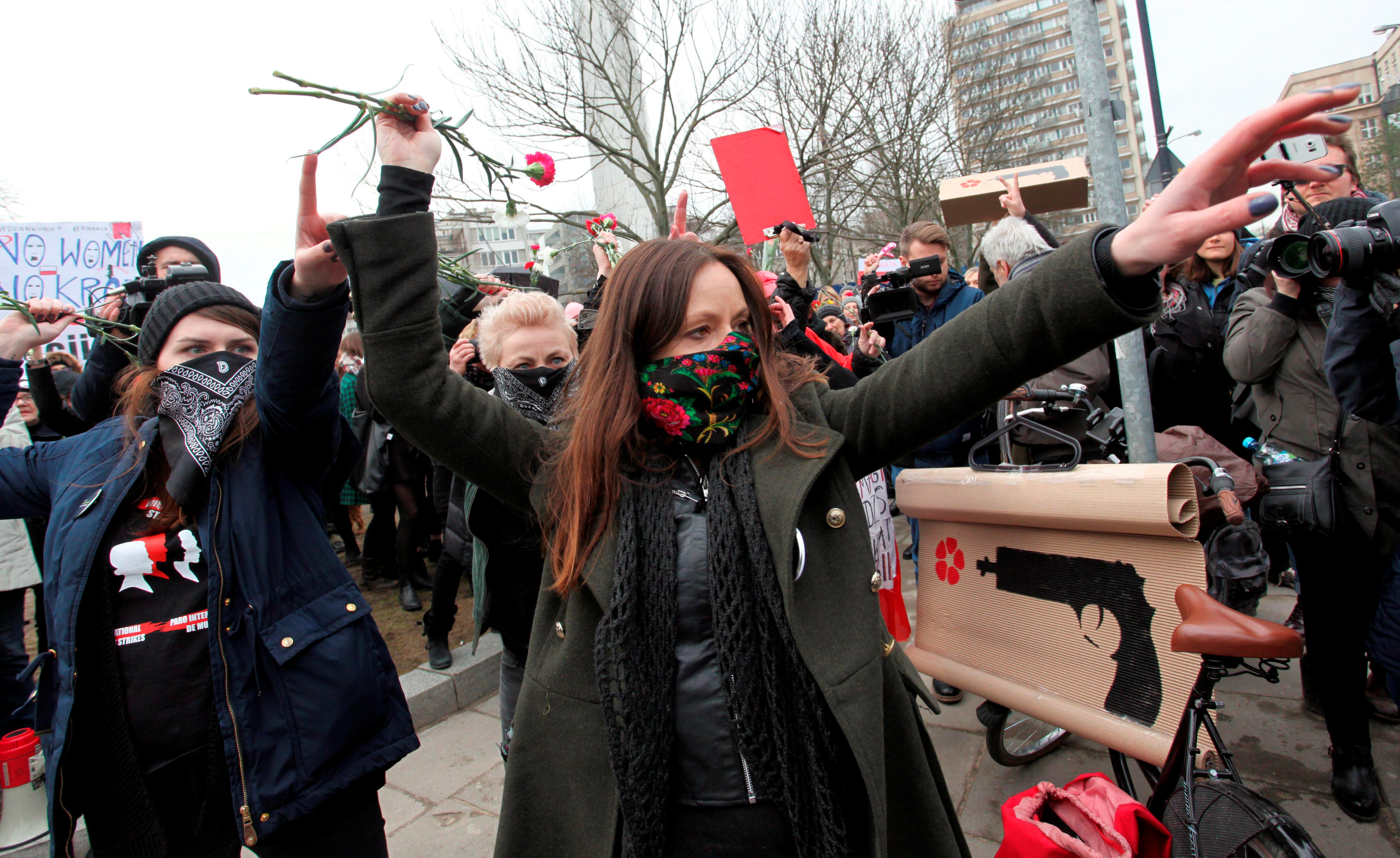 Women throw flowers as they attend a protest during the International Women's Day, outside the Parliament building in Warsaw, Poland March 8, 2017. Agencja Gazeta/Slawomir Kaminski via REUTERS ATTENTION EDITORS - THIS IMAGE WAS PROVIDED BY A THIRD PARTY. FOR EDITORIAL USE ONLY. NOT FOR SALE FOR MARKETING OR ADVERTISING CAMPAIGNS. POLAND OUT. NO COMMERCIAL OR EDITORIAL SALES IN POLAND.