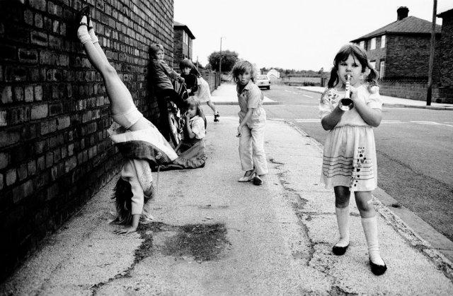 YBaşıboş bir çocuk sokaklarda