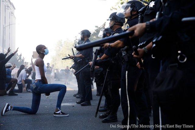 """YAmerikan Futbolundan İsyana """"Diz Çökme""""nin Tepetaklak Oluşu"""